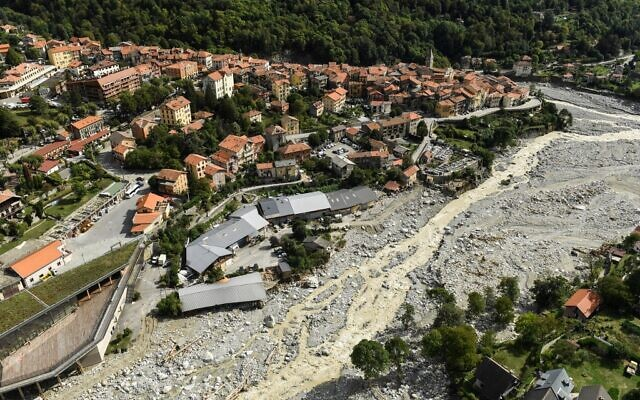 Cette vue aérienne montre le village de Saint-Martin-Vésubie, dans le sud-est de la France, le 6 octobre 2020, trois jours après que plusieurs villages ont été touchés par des inondations massives. (NICOLAS TUCAT / AFP)