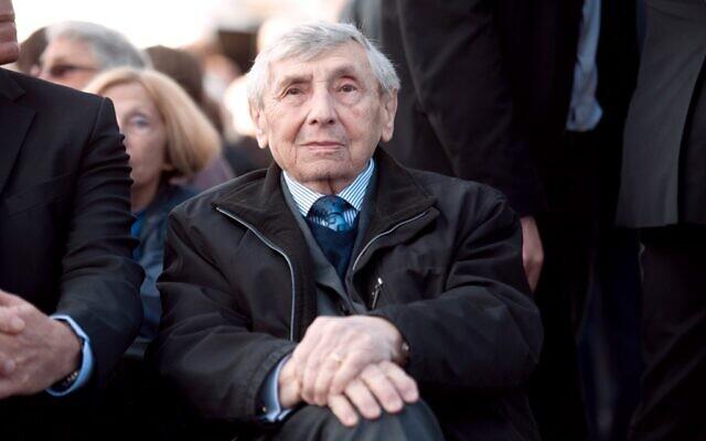 """Simon Gutman, 88 ans, l'un des deux derniers survivants du """"train spécial"""", lors du 70è anniversaire du départ du premier convoi de Juifs déportés à Drancy vers le camp d'extermination d'Auschwitz, le 27 mars 2012.  (Crédit : MARTIN BUREAU / AFP)"""