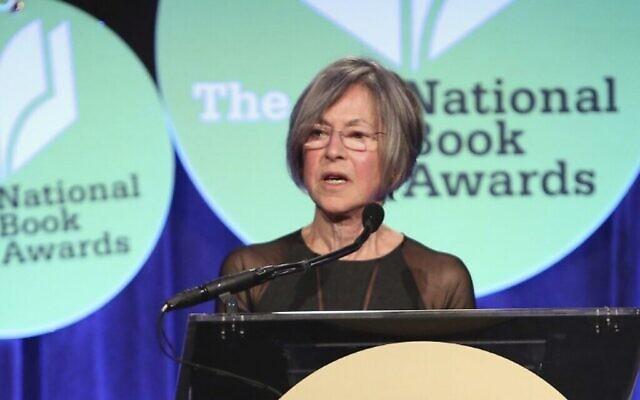 L'écrivaine et poétesse américaine Louise Gluck lors de la remise du prix National Book Awards à New York City, le 19 novembre 2014. (Robin Marchant / GETTY IMAGES NORTH AMERICA / AFP)