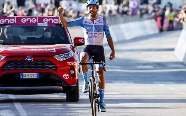 Le coureur anglais Alex Dowsett de l'équipe Israel Start-Up Nation alors qu'il franchit la ligne d'arrivée lors de la 8e étape de la course cycliste du Giro d'Italia 2020, un parcours de 200 kilomètres entre Giovinazzo et Vieste, le 10 octobre 2020. (Luca Bettini) / AFP)