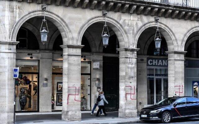 Des croix gammées sur les arcades de la rue de Rivoli à Paris, le 11 octobre 2020. (Crédit : STEPHANE DE SAKUTIN / AFP)