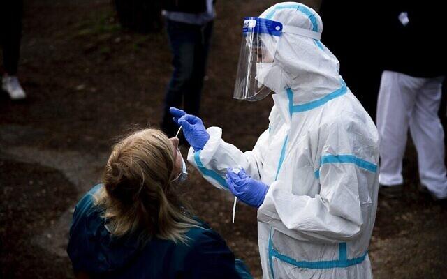 Une femme subit un test pour le coronavirus à l'hôpital  Santa Maria della Pieta à Rome le 12 octobre 2020. (Crédit : Tiziana FABI / AFP)