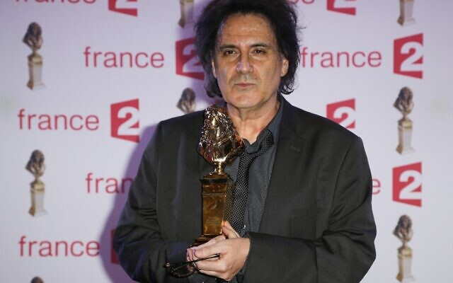 Le réalisateur et scénariste français Eric Assous, après avoir été élu meilleur auteur vivant francophone lors de la 27e cérémonie de remise des Molières au théâtre des Folies Bergère, à Paris, le 27 avril 2015. (FRANÇOIS GUILLOT / AFP)