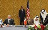 Le conseiller à la sécurité nationale Meir Ben Shabbat, chef de la délégation israélienne (à gauche), et le ministre bahreïni des Affaires étrangères Abdullatif bin Rashid Al-Zayani, signent l'accord Israël-Bahreïn qui officialise les relations diplomatiques entre les deux pays, à Manama, capitale du Bahreïn, le 18 octobre 2020, sous les yeux du secrétaire au Trésor américain Steve Mnuchin (au centre). (Ronen Zvulun / Pool / AFP)