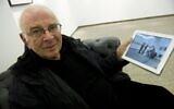 Le photographe d'origine italienne Frank Horvat lors du vernissage de son exposition « A Trip Through A Mind (The iPad Exhibition) » à la galerie Hiltawsky de Berlin, le 15 mars 2012. (Crédit : John MACDOUGALL / AFP)