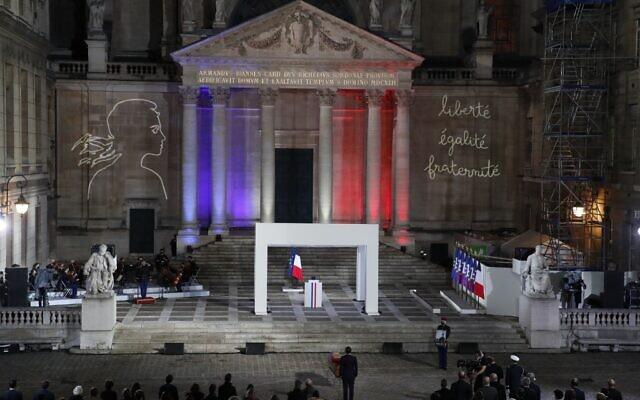 Le président français Emmanuel Macron, au centre, rend hommage à Samuel Paty dans la cour de l'Université de la Sorbonne, à Paris, le 21 octobre 2020. (Crédit : François Mori / POOL / AFP)