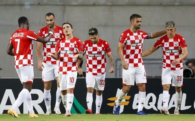 Les joueurs de Hapoel Beer Sheva célèbrent leur but d'ouverture en Ligue Europa, marqué par Jonathan Agudelo, lors du match contre le Slavia Prague (République tchèque) au stade Hamoshava de la ville israélienne de Petah Tikva, le 22 octobre 2020. (Crédit : JACK GUEZ / AFP)