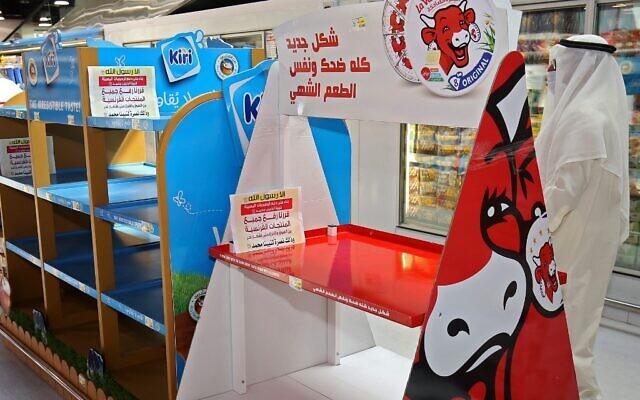 Des rayons des supermarchés vidées de produits français après un appel au boycott du président turc Recep Tayyip Erdogan, en signe de protestation contre les caricatures du prophète Mohamed publiées dans les médias français, à Koweït City le 23 octobre 2020. (Crédit : YASSER AL-ZAYYAT / AFP)