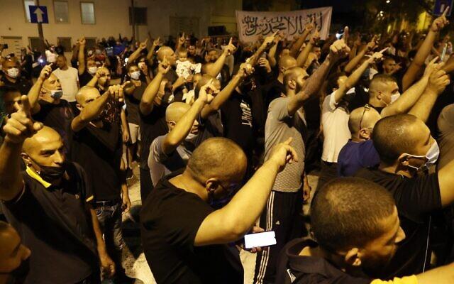 Des manifestants arabes israéliens rassemblés aux abords de la résidence de l'ambassadeur français en Israël, à Tel Aviv, le 14 octobre 2020. (Crédit :  JACK GUEZ / AFP)
