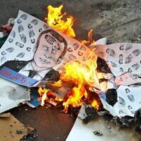 Des dizaines de manifestants protestent lundi devant l'ambassade de France à Bagdad pour dénoncer la promesse du président français Emmanuel Macron de défendre les caricatures du prophète Mahomet, le 26 octobre 2020. (Crédit : AHMAD AL-RUBAYE / AFP)