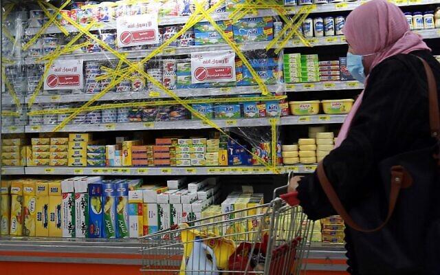 Des rayons des supermarchés de produits français barrés après un appel au boycott du président turc Recep Tayyip Erdogan, en signe de protestation contre les caricatures du prophète Mohamed publiées dans les médias français, à Amman, le 26 octobre 2020. (Crédit : MAZRAAWI / AFP)