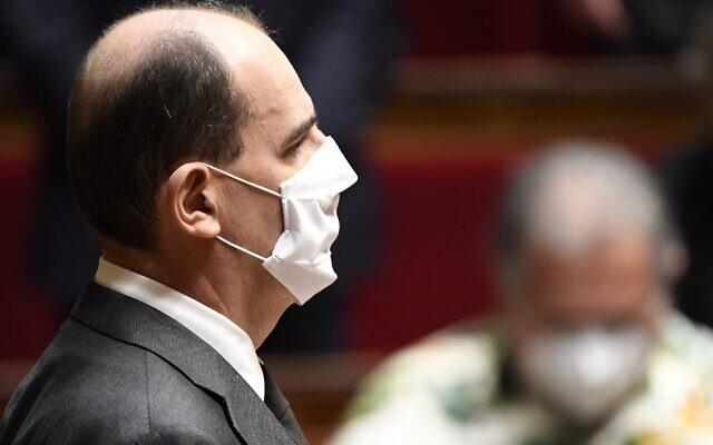 Le Premier ministre français Jean Castex observe une minute de silence à l'Assemblée nationale en hommage aux victimes d'une attaque au couteau à Nice, alors que les députés se préparent à voter sur les mesures prises pour enrayer la propagation du nouveau coronavirus, à Paris, le 29 octobre 2020. (Crédit : Bertrand GUAY / AFP)