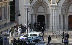 Le RAID devant la basilique Notre-Dame de Nice après une attaque au couteau, le 29 octobre 2020. (Crédit : Valery HACHE / AFP)