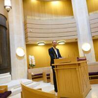 Le rabbin Daniel Torgmant prie à la synagogue Edmond Safra à Monaco, le 7 mars 2018. (Crédit : Cnaan Liphshiz/ JTA)