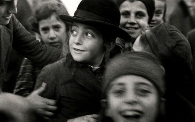 Photographie de Roman Vishniac d'écoliers juifs à Mukacevo, en Europe de l'Est, dans les années 1930. (© Mara Vishniac Kohn, autorisation du Centre international de la photographie)