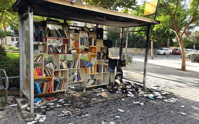La Station de Lecture du Park HaMesilah à Jérusalem après avoir été incendiée par des vandales, le 25 octobre 2020. (Crédit : municipalité de Jérusalem)
