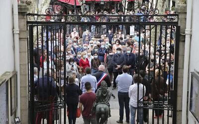 Des citoyens observent une minute de silence pour le professeur d'histoire Samuel Paty, le 21 octobre 2020, à Saint-Jean-de-Luz, dans le sud-ouest de la France. (Crédit : AP / Bob Edme)