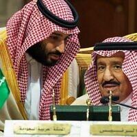 Le prince héritier saoudien Mohammed ben Salmane, à gauche, s'adresse à son père, le roi Salmane, lors d'une réunion du Conseil de coopération du Golfe à Riyad, le 9 décembre 2018. (Autorisation : Agence de presse saoudienne via AP)