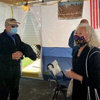 """Israel """"Sasha"""" Eisenberg, à gauche, et Ruth Brandspiegel, survivants de la Shoah, le 3 octobre 2020 à East Brunswick, dans le New Jersey, réunis pour la première fois en plus de 70 ans, depuis que leurs familles ont quitté le camp de personnes déplacées de Hallein en Autriche. (Larry Brandspiegel via AP)"""