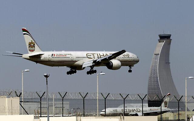 Un avion d'Etihad Airways se prépare à atterrir à l'aéroport d'Abou Dhabi aux Émirats arabes unis, le 4 mai 2014. (AP Photo/Kamran Jebreili, File)