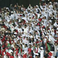 Les supporters des Émirats arabes unis encouragent l'équipe pendant le match de football du groupe A de la Coupe d'Asie de l'AFC entre les Émirats arabes unis et l'Inde au Zayed Sports City Stadium d'Abu Dhabi, Émirats arabes unis, le jeudi 10 janvier 2019. (Crédit : AP Photo/Kamran Jebreili)