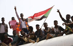 Des partisans de la démocratie au Soudan célèbrent un accord final de partage du pouvoir avec le conseil militaire au pouvoir, le 17 août 2019, dans la capitale, Khartoum. (Photo AP)