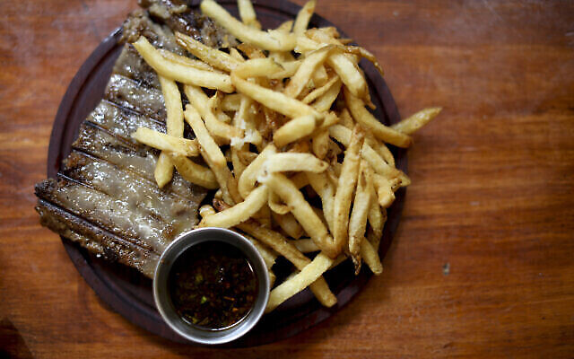 "Illustration : un steak végétal accompagné de frites servi au restaurant vegan ""La Reverde"" à Buenos Aires, le 30 juin 2019. (Crédit : AP Photo/Natacha Pisarenko)"
