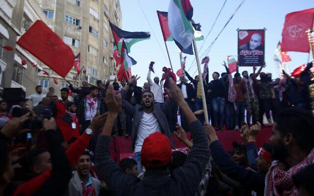 Des Palestiniens participent à un rassemblement marquant le 52e anniversaire du Front populaire de libération de la Palestine (FPLP), dans la ville de Gaza, le 7 décembre 2019. (Crédit : AP Photo/Hatem Moussa)