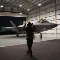 En ce 10 septembre 2019, photo publiée par l'US Air Force, un avion de chasse F-35A Lightning II est dirigé depuis un hangar de la base aérienne d'Al-Dhafra aux Emirats Arabes Unis. Un accord négocié par les États-Unis, qui a vu Israël et les Émirats arabes unis commencer à ouvrir des relations diplomatiques, pourrait aboutir à l'achat par Abu Dhabi d'armes américaines de pointe comme le F-35, ce qui pourrait bouleverser à la fois un avantage militaire israélien de longue date au niveau régional et l'équilibre des pouvoirs avec l'Iran. (Sergent technique Jocelyn A. Ford/U.S. Air Force via AP)