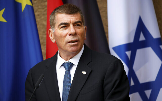 Le ministre des Affaires étrangères Gabi Ashkenazi s'exprime devant les médias lors d'une conférence de presse à Berlin, en Allemagne, le 27 août 2020 (Crédit : Michele Tantussi/Pool Photo via AP)
