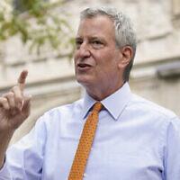 Le maire de New York, Bill de Blasio, s'adresse aux journalistes après avoir visité l'école élémentaire New Bridges dans l'arrondissement de Brooklyn à New York pour observer les procédures de sécurité liées à la pandémie, le 19 août 2020. (Crédit : AP Photo / John Minchillo, File)