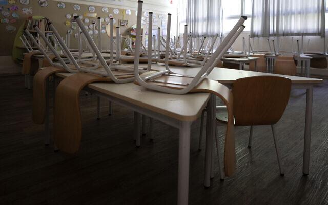 La classe d'une école élémentaire vide après le début du confinement national visant à lutter contre l'épidémie de coronavirus à Tel Aviv, en Israël, le 17 septembre 2020. (Crédit : AP Photo/Sebastian Scheiner)