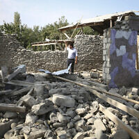 La vue d'une résidence d'appartements qui aurait été détruite par des obus pendant les combats dans la région du  f Nagorno-Karabakh; en Azerbaïdjan, le 30 septembre 2020. (Crédit : AP Photo/Aziz Karimov)