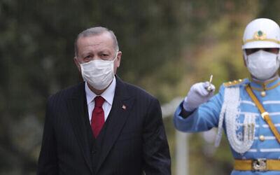 Le président turc Recep Tayyip Erdoğan inspecte une garde d'honneur militaire au parlement, à Ankara, Turquie, le 1er octobre 2020. (Présidence turque via AP. Pool)