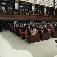 Le président turc Erdoğan salue les législateurs au parlement, à Ankara, Turquie, le 1er octobre 2020. (Présidence turque via AP. Pool)