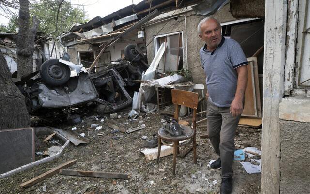 Un homme marche dans la cour d'une maison détruite par les bombardements de l'artillerie azerbaïdjanaise lors d'un conflit militaire à Stepanakert, la région séparatiste du Haut-Karabakh, le 9 octobre 2020. (AP Photo)