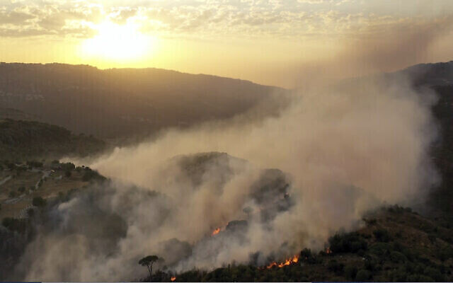 Un incendie de forêt dans le village de Ras el-Harf, dans le district de Baabda, au Liban, le 9 octobre 2020. (AP Photo)