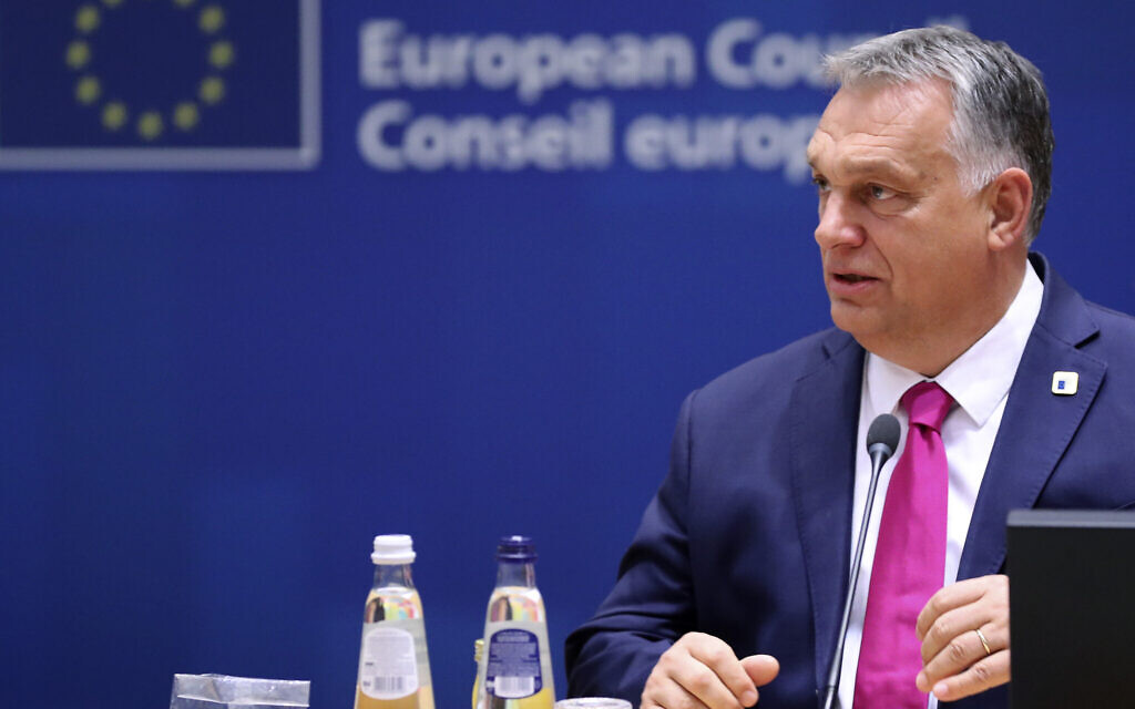 Le Premier ministre hongrois Viktor Orban lors d'une table ronde à un sommet de l'Union européenne à Bruxelles, le 15 octobre 2020 (Crédit : Yves Herman, Pool via AP)