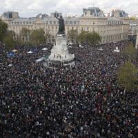 Des centaines de personnes se rassemblent place de la République lors d'une manifestation le 18 octobre 2020 à Paris suite à l'assassinat du professeur Samuel Paty. (Crédit : AP Photo / Michel Euler)