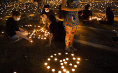 Des Israéliens allument des bougies commémoratives à l'occasion du 25e anniversaire de l'assassinat du Premier ministre Yitzhak Rabin, sur la place Rabin à Tel Aviv, le jeudi 29 octobre 2020. (Crédit : AP Photo / Oded Balilty)