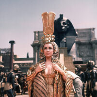 """L'actrice britannique Elizabeth Taylor pendant le tournage de """"Cléopâtre"""" aux studios Cinecitta de Rome, en Italie, le 8 mai 1962 (Crédit : AP Photo)"""