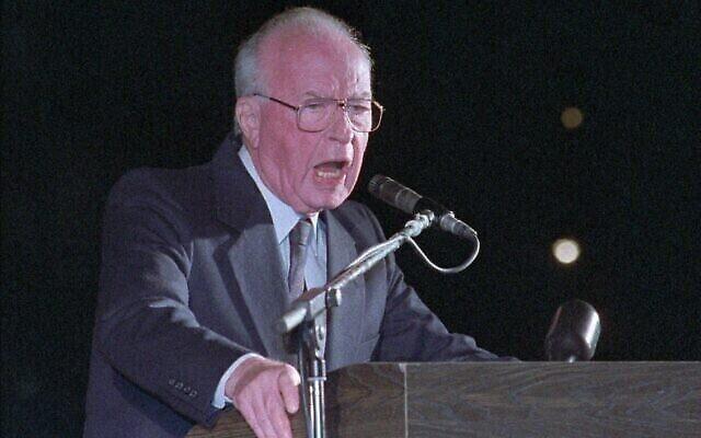 Le Premier ministre Yitzhak Rabin s'adresse à une foule de plus de 100000 Israéliens à Tel Aviv, le 4 novembre 1995, avant d'être assassiné quelques instants après. (Crédit : AP PHOTO/Nati Harnik)