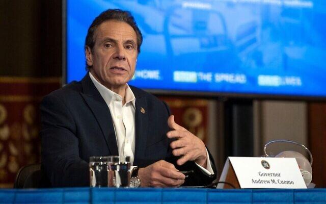 Le gouverneur de New York Andrew Cuomo s'entretient avec des journalistes à Albany, capitale de l'État de New York, lors de sa conférence de presse quotidienne sur la crise du coronavirus, le 29 mars 2020. (Bureau du gouverneur Andrew Cuomo/via JTA)