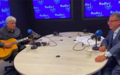 Le chanteur Enrico Macias et l'animateur Frédéric Haziza au micro de l'émission «Les enfants de la République», diffusée chaque dimanche sur Radio J. (Crédit : Radio J)