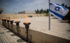 La place du ghetto de Varsovie au musée de commémoration de la Shoah de Yad Vashem, à Jérusalem, à Yom HaShoah, le 21 avril 2020. (Crédit : Yonatan Sindel/Flash90)