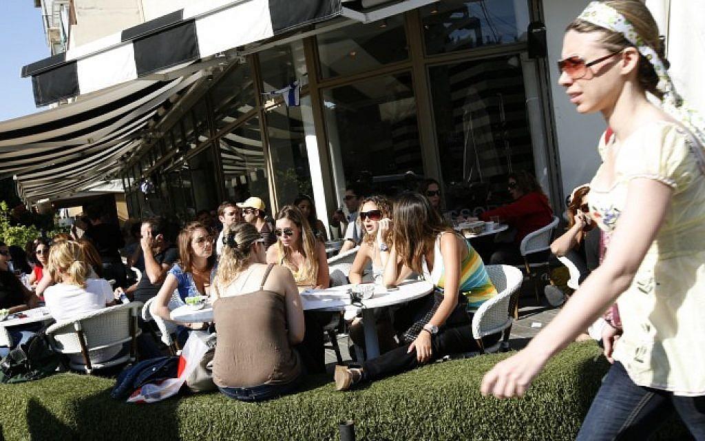 Photo illustrative de jeunes Israéliens dans un café à Tel Aviv. (Miriam Alster/Flash90)
