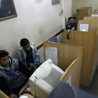 Illustration : Des hommes palestiniens utilisent un ordinateur dans le sud de la bande de Gaza, le 20 janvier 2012. (Abed Rahim Khatib / Flash90)