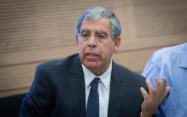 Le député Miki Levy lors d'une réunion de la commission des finances à la Knesset, le 6 novembre 2017. (Miriam Alster/Flash90)