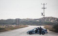 Illustration. Une voiture de la police militaire bloque une route menant à la plage de Zikim après avoir été fermée aux visiteurs, en raison de l'escalade des tirs de roquettes de la bande de Gaza vers le sud d'Israël, le 14 juillet 2018. (Hadas Parush/Flash90)