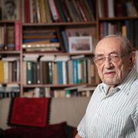 Le professeur Joshua Blau pose pour une photographie dans son habitation de Jérusalem, le 22 août 2019. (Crédit : Yonatan Sindel/Flash90)